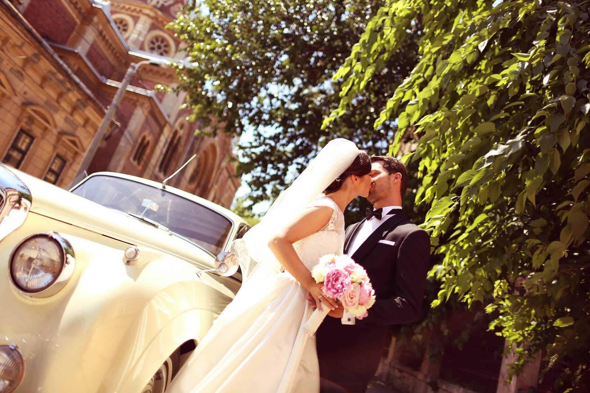 Novomanželé u vozu