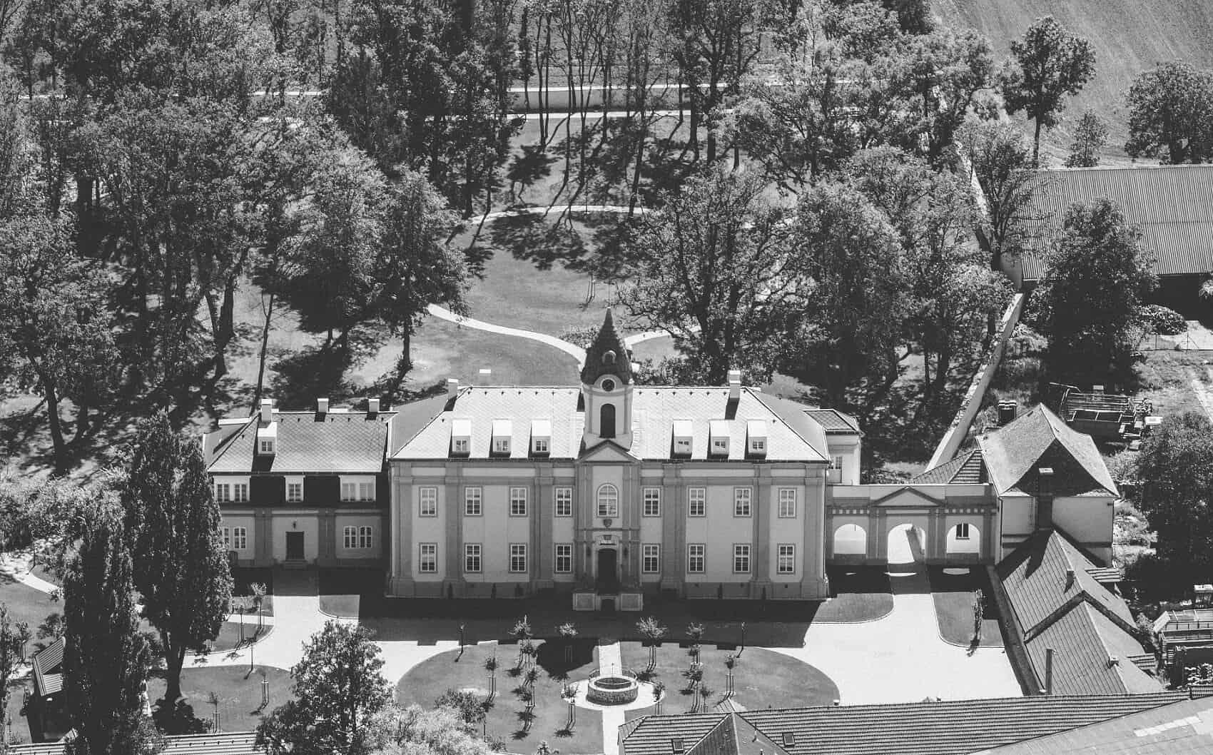 Zámecký Hotel Panství Dlouhá Lhota - černobílá