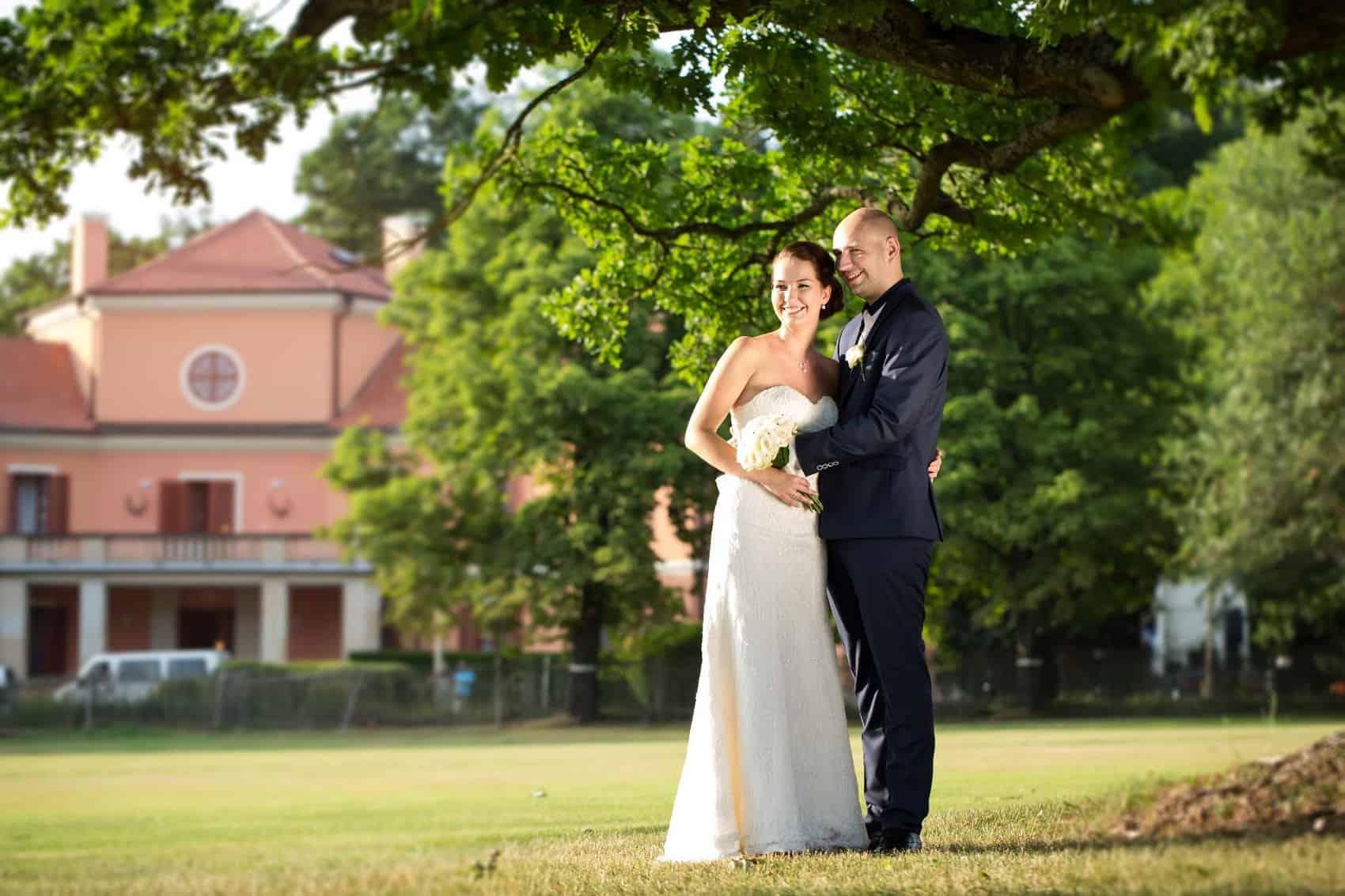 Resort Bechyně novomanželé v parku