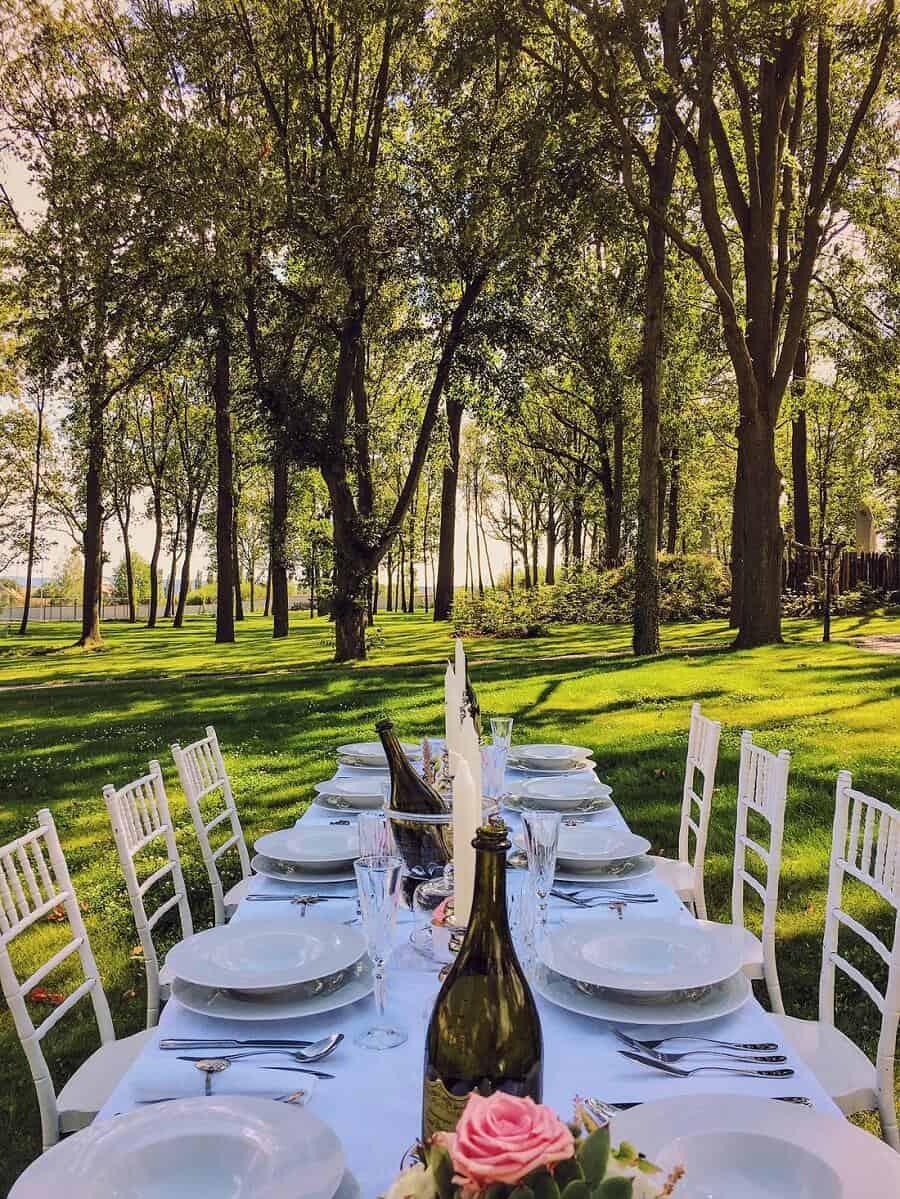Zámecký Hotel Panství Dlouhá Lhota - hostina v parku