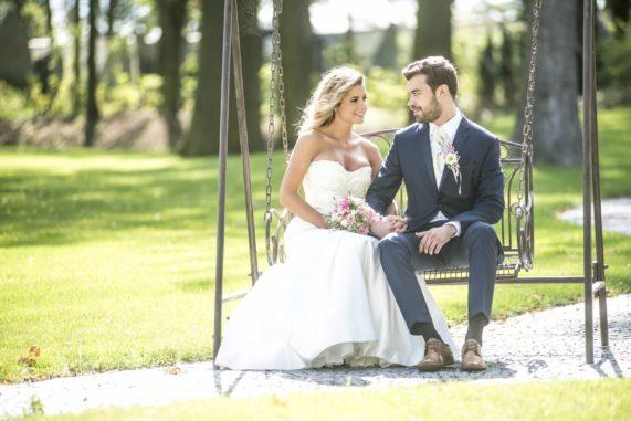 Zámecký Hotel Panství Dlouhá Lhota - novomanželé na houpačce