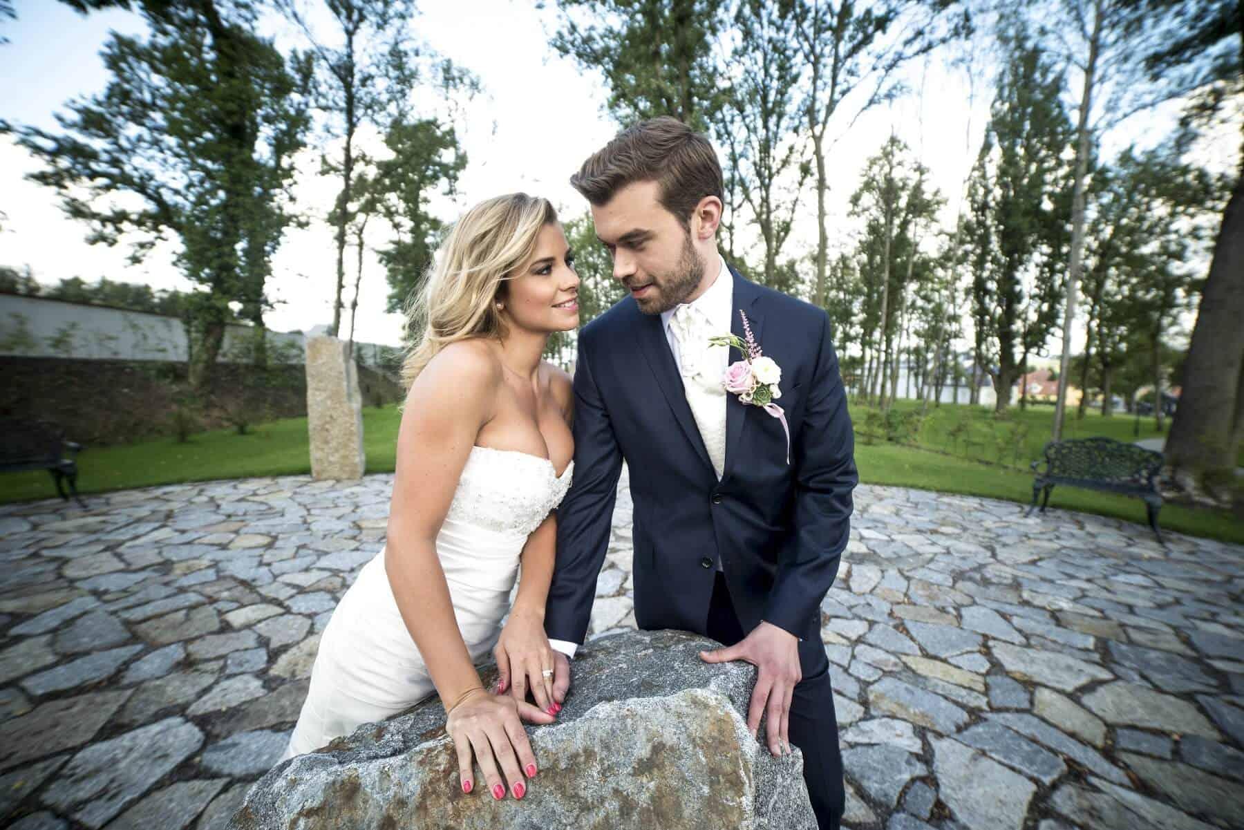 Zámecký Hotel Panství Dlouhá Lhota - novomanželé na nádvoří