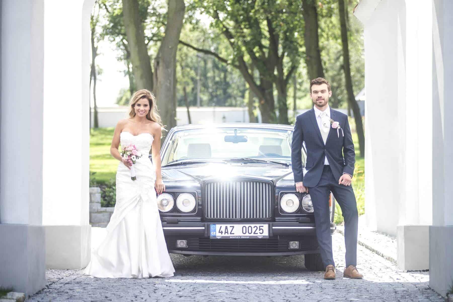 Panství Dlouhá Lhota - novomanželé před limuzínou Rolls-Royce