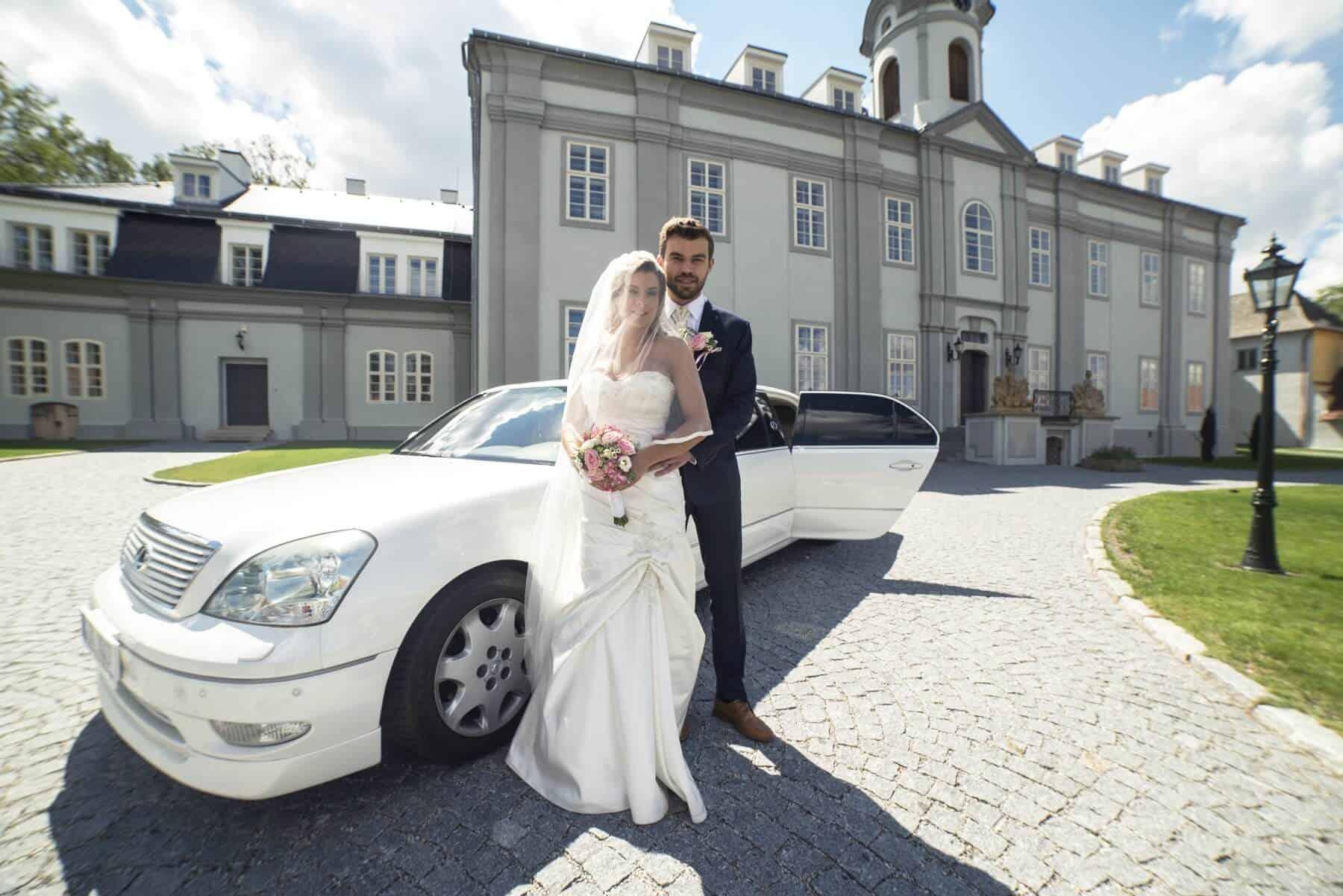 Zámecký Hotel Panství Dlouhá Lhota - novomanželé u auta
