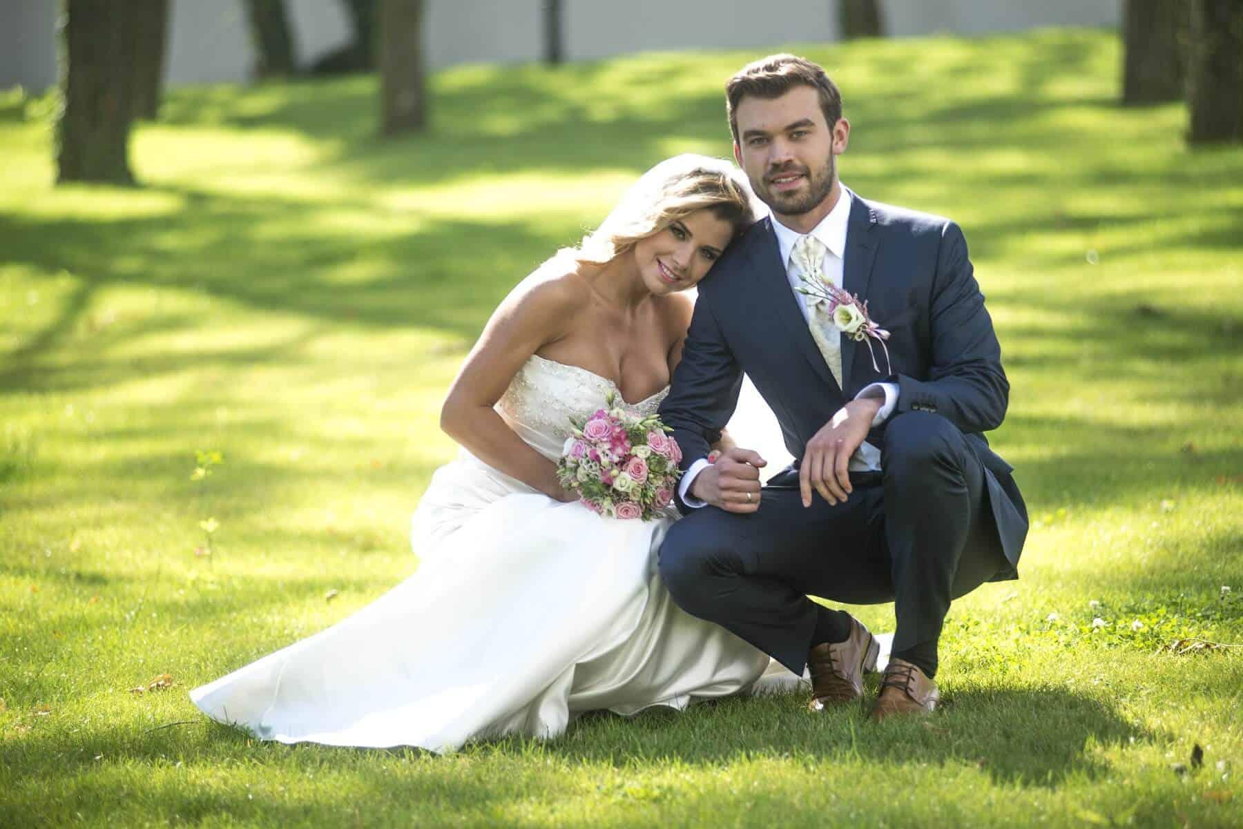 Zámecký Hotel Panství Dlouhá Lhota - novomanželé v parku