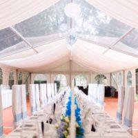 Svatební hostina v party stanu
