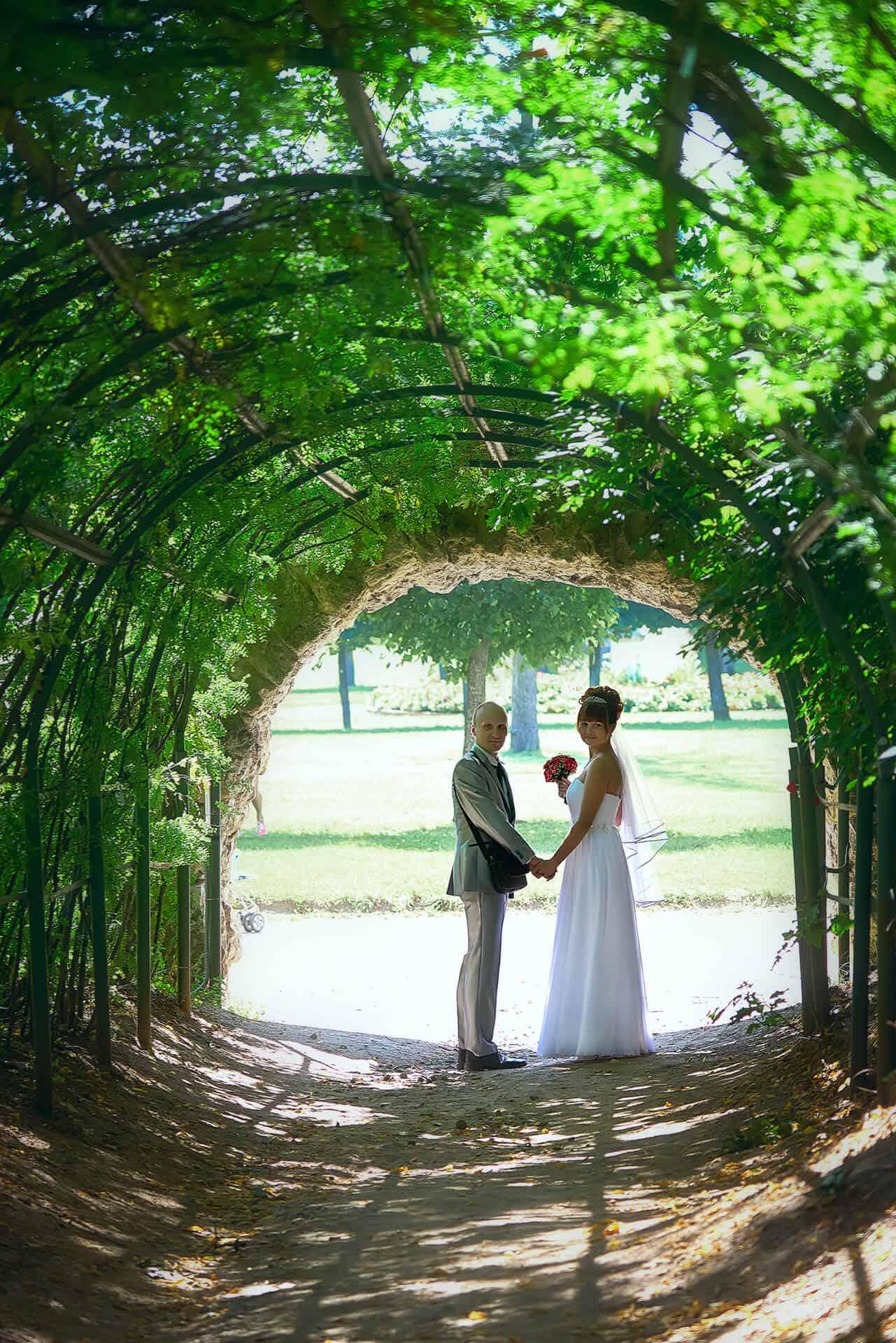 Annie Žak novomanželé v zahradě