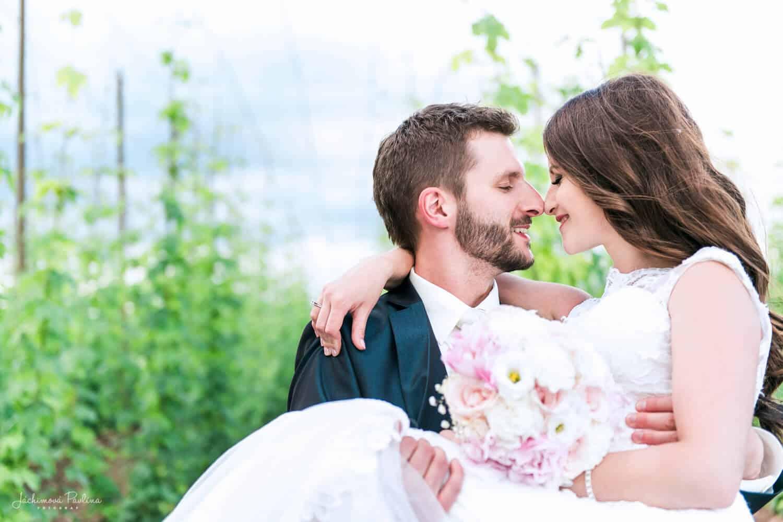 Fotografka Pavlína Jáchimová - svatební pár nevěsta v náručí