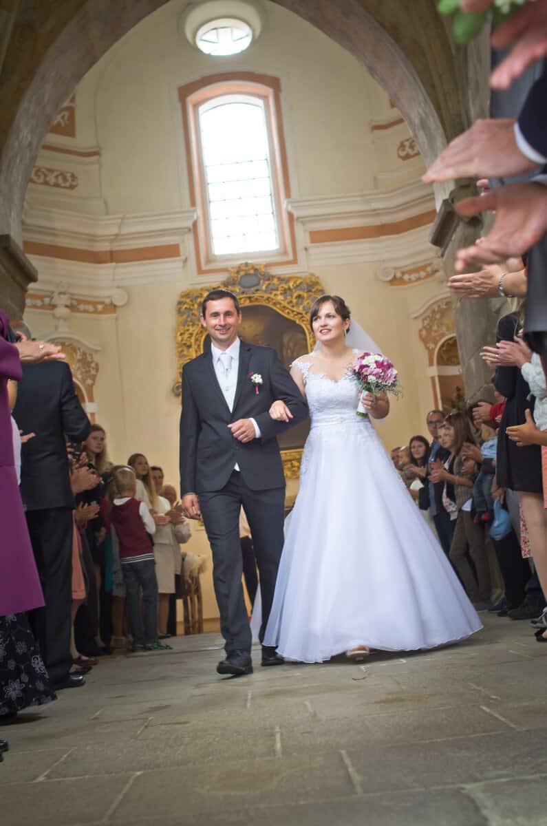 Svatební salon Madona šaty nevěsta a ženich v kostele