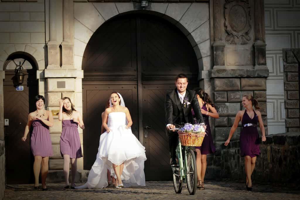 Zámek Nelahozeves novomanželé před branou