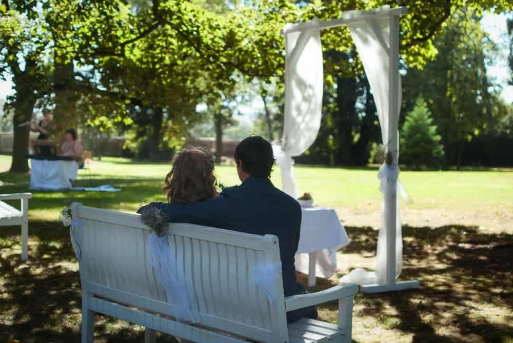 Novomanželé v parku - Zámek Lobeč