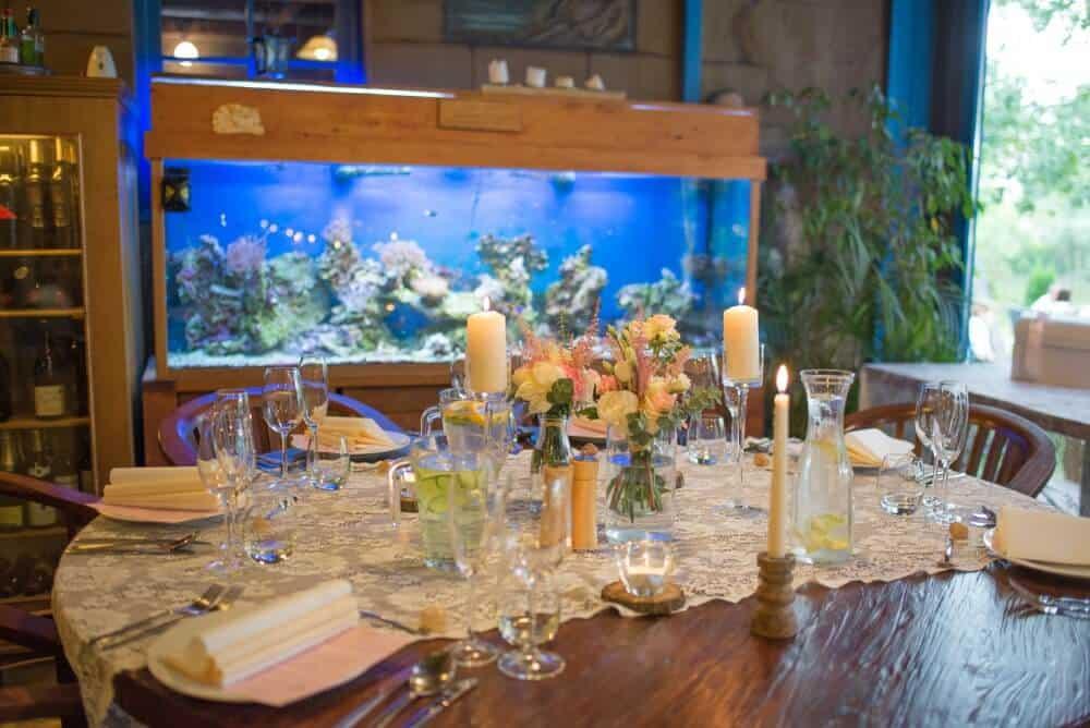 Hliněná baště interiér s akváriem