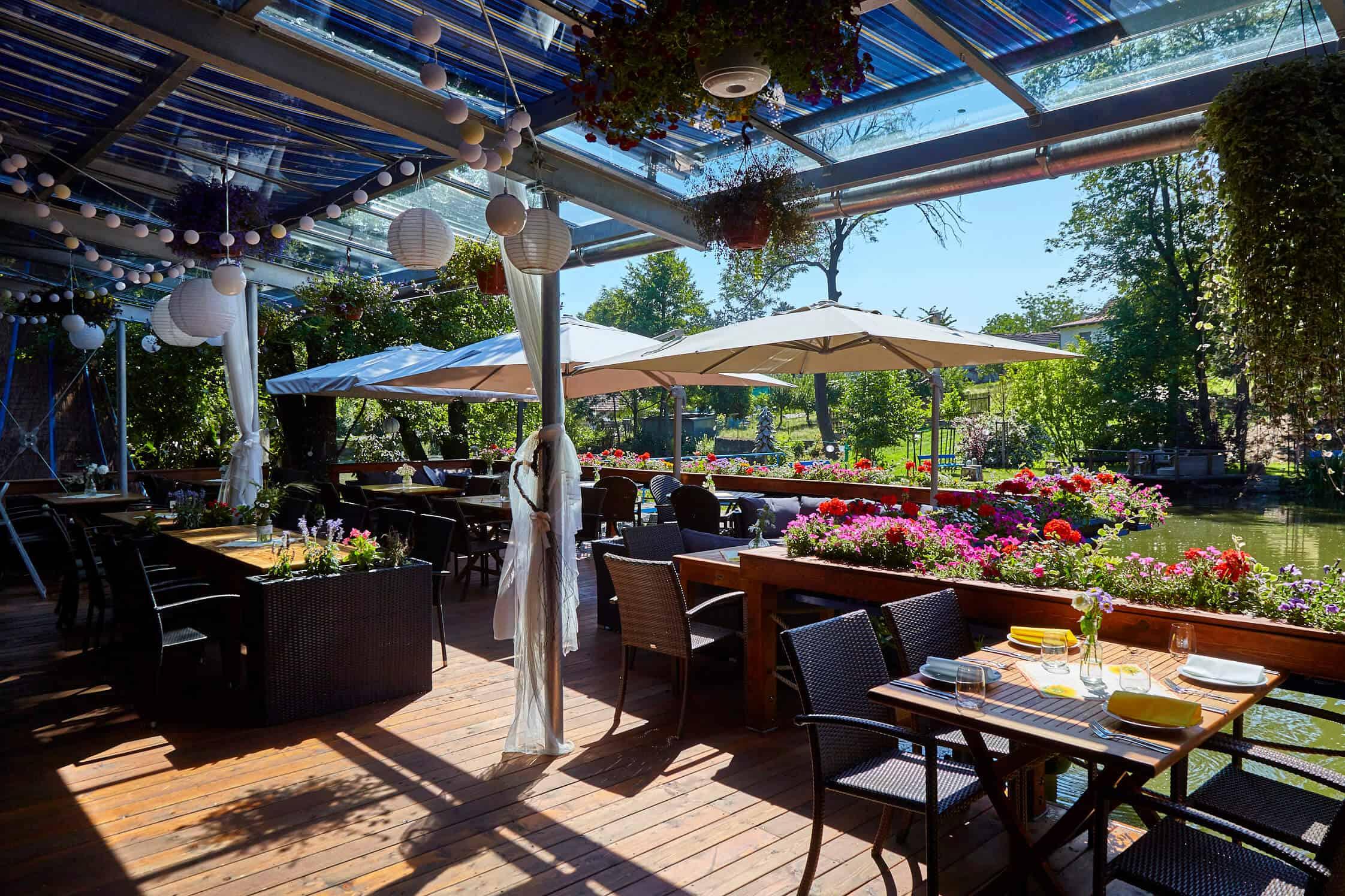 Hliněná bašta terasa se slunečníky