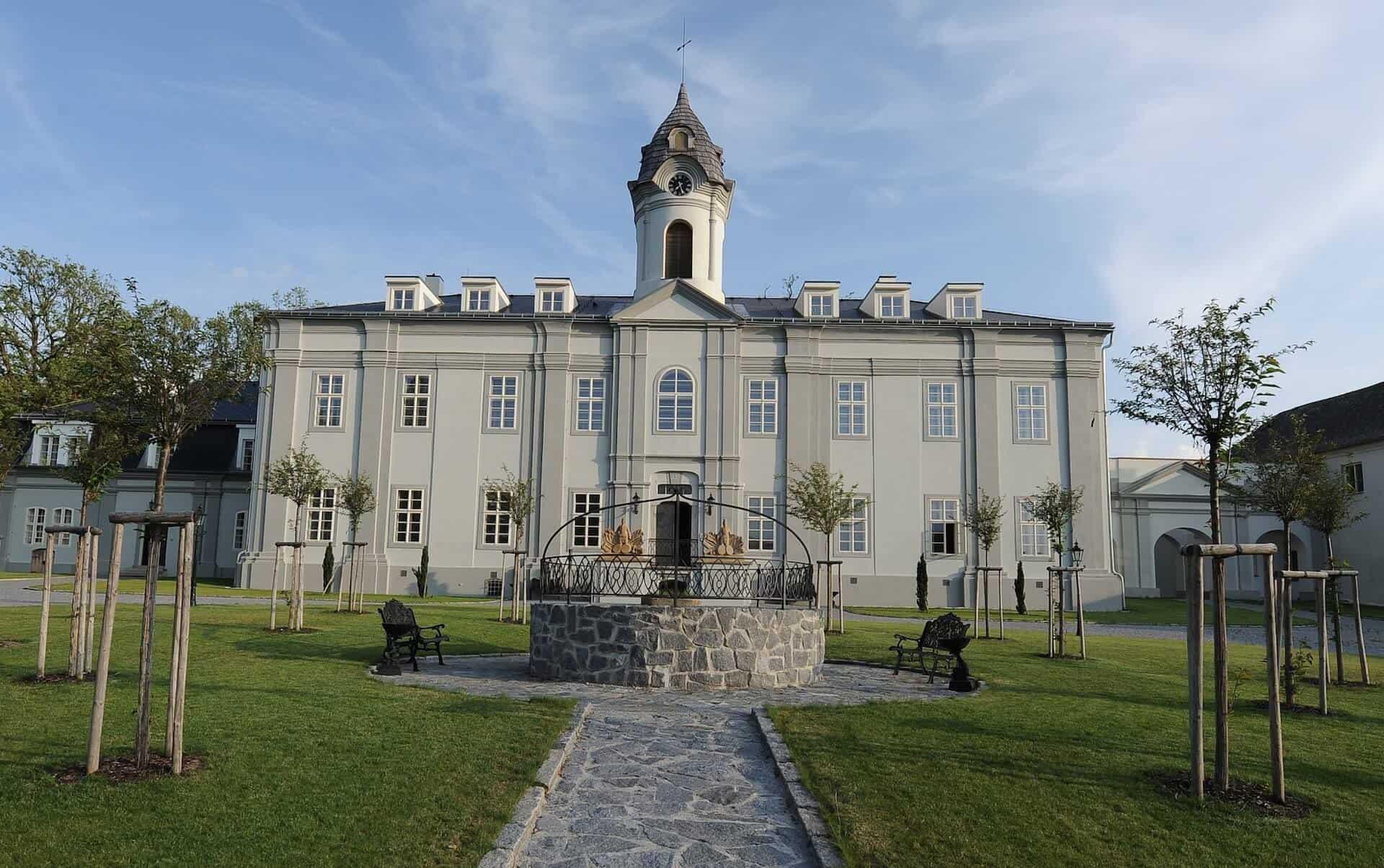 Zámecký Hotel Panství Dlouhá Lhota - celkový pohled