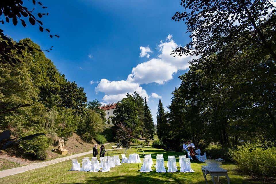 Zámek Křtiny obřad v parku