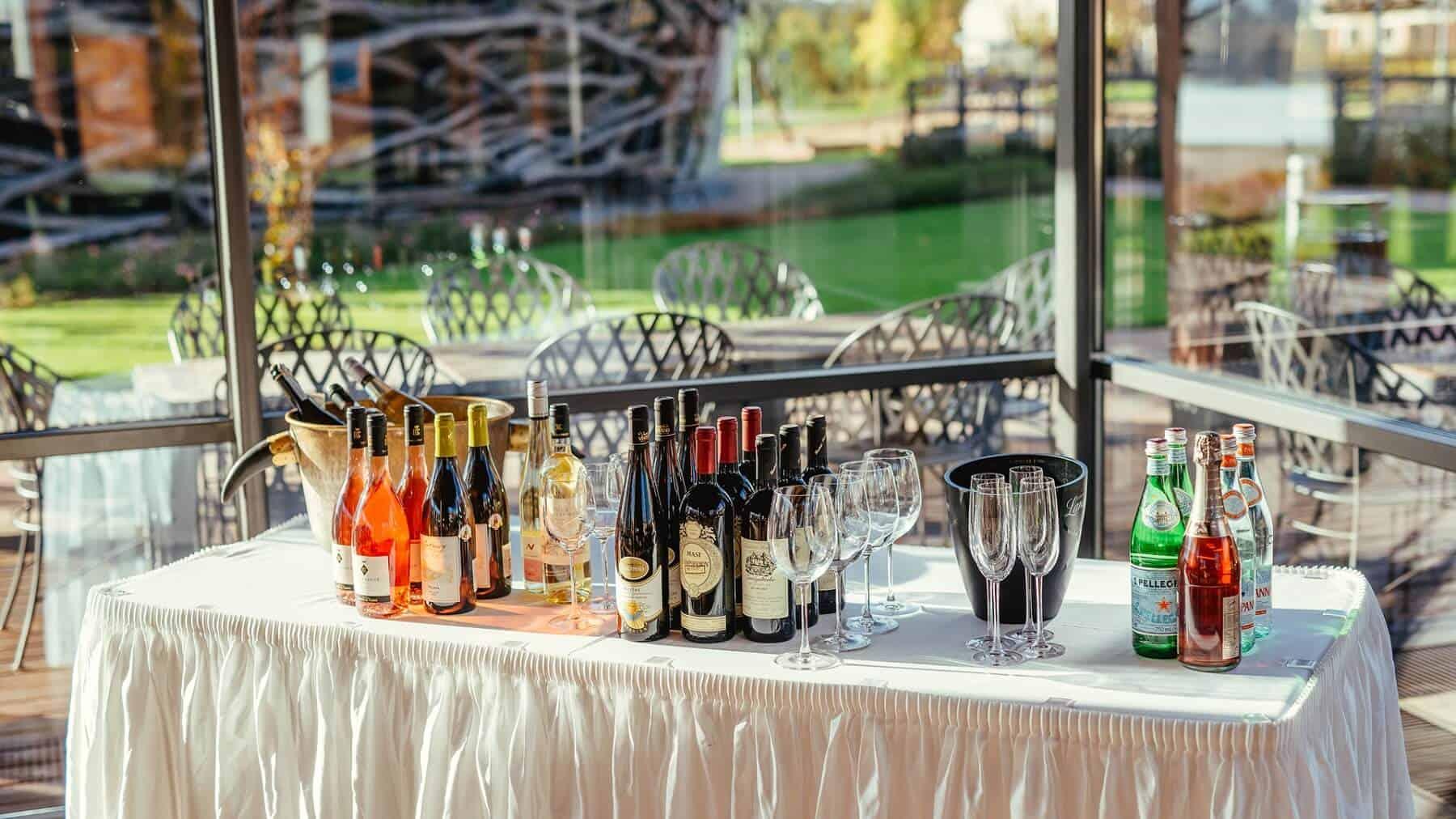 Čapí hnízdo - stůl s vínem