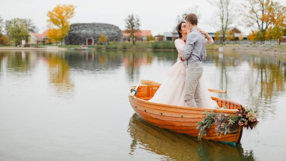 Čapí hnízdo - novomanželé na loďce