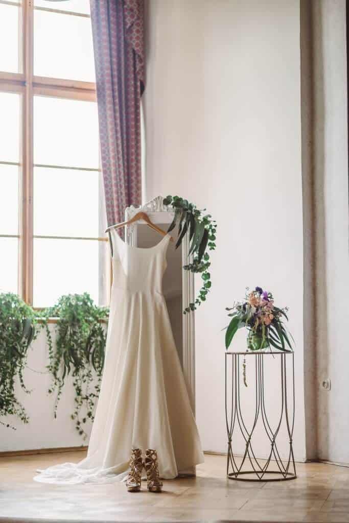 Zámkem Nelahozeves - svatební šaty