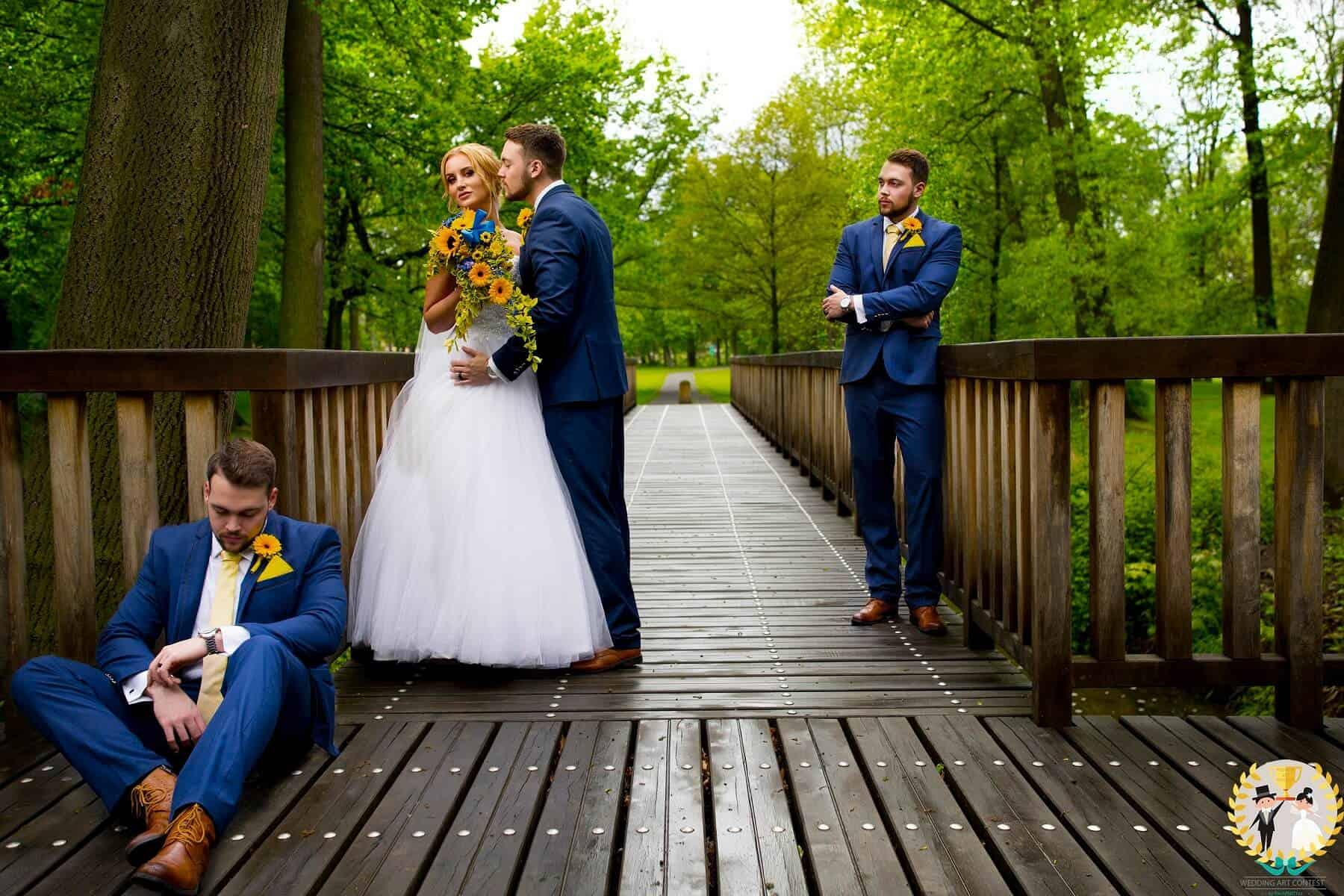Svatební pár vítězného týmu na mostě