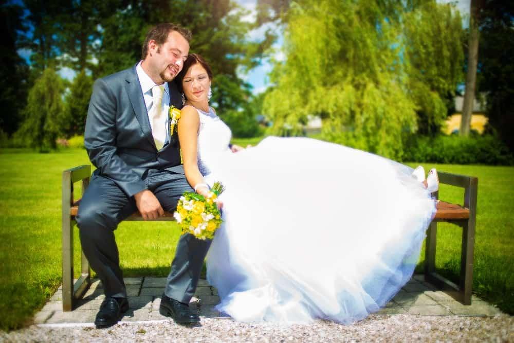 Zámek Obytce - novomanželé na lavičce