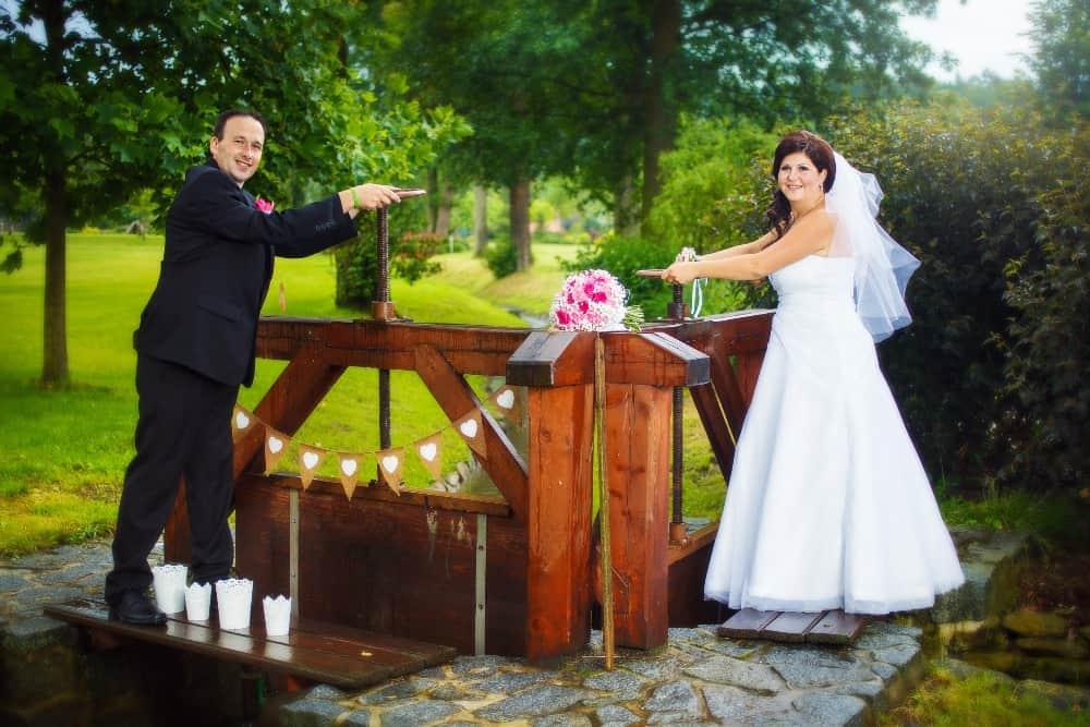 Zámek Obytce - novomanželé u stavidla