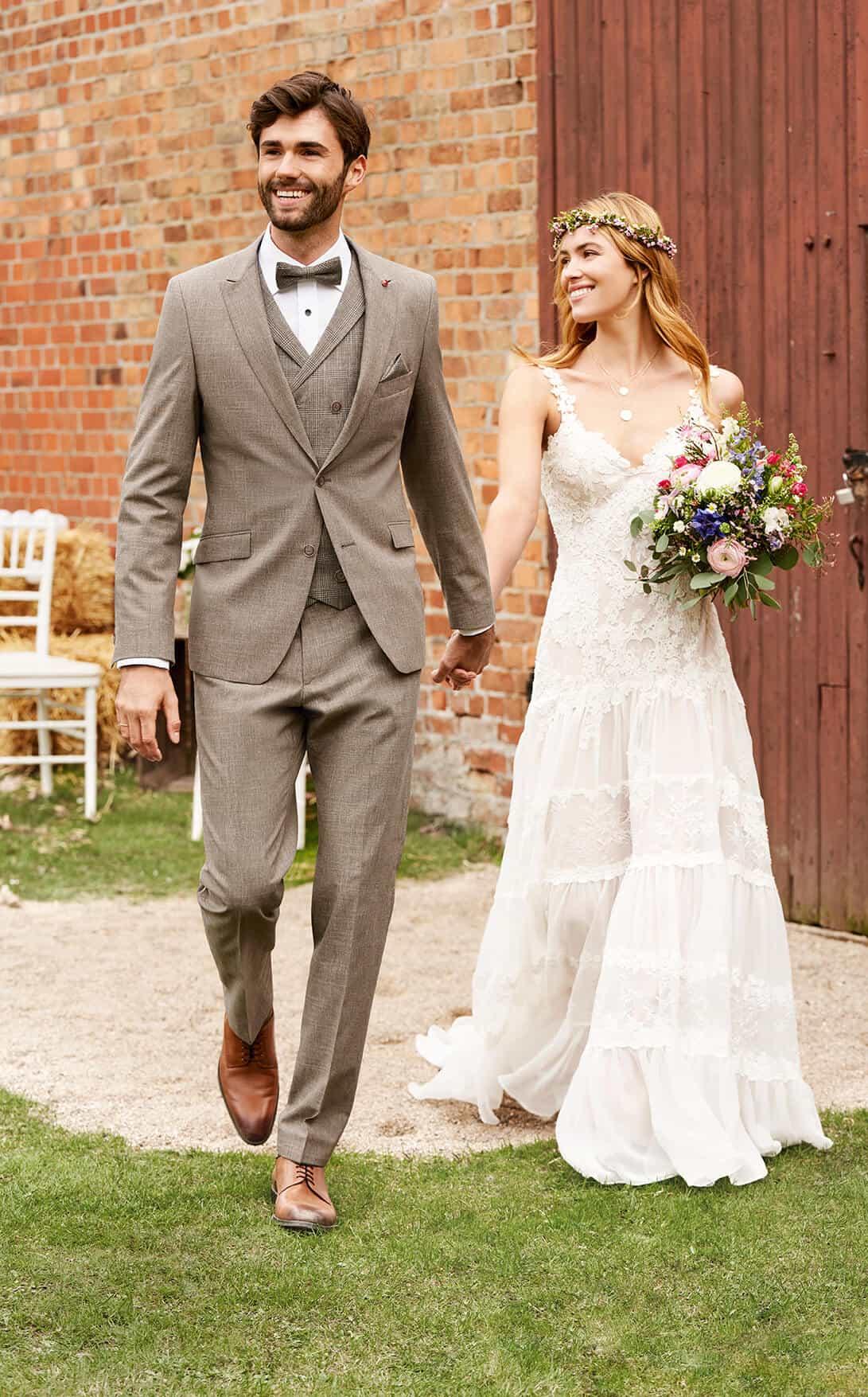 Studio Agnes - svatební oblek, ženich a nevěsta s kyticí