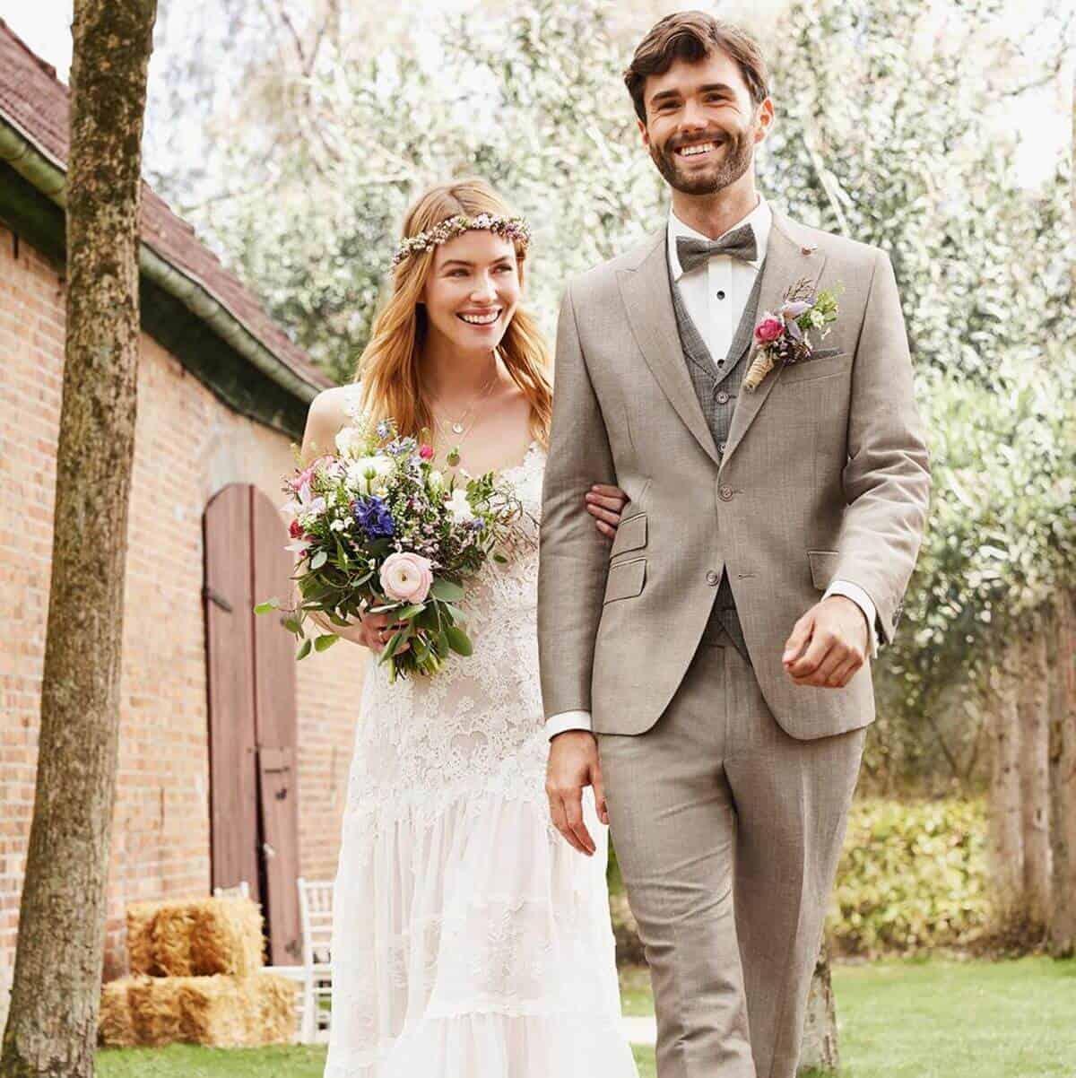 Studio Agnes - ženich ve svatebním obleku a nevěsta s kyticí