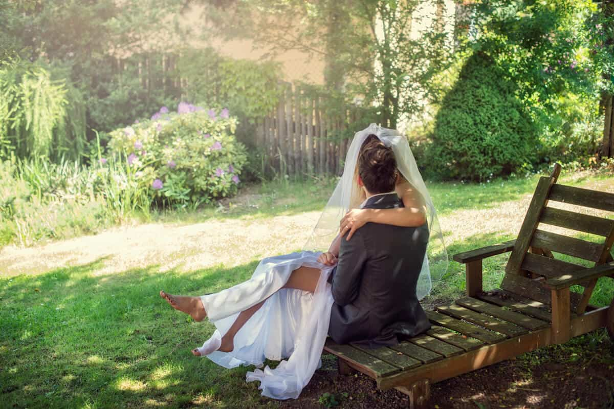 Na Krásné vyhlídce - novomanželé na lavičce