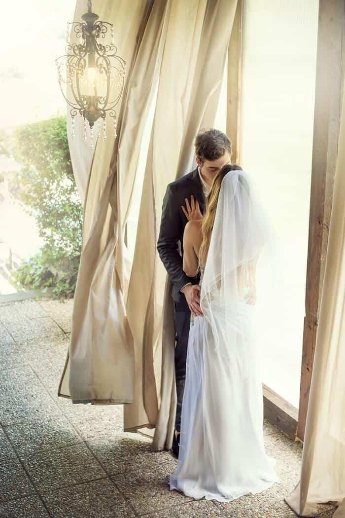 Na Krásné vyhlídce - novomanželé u okna