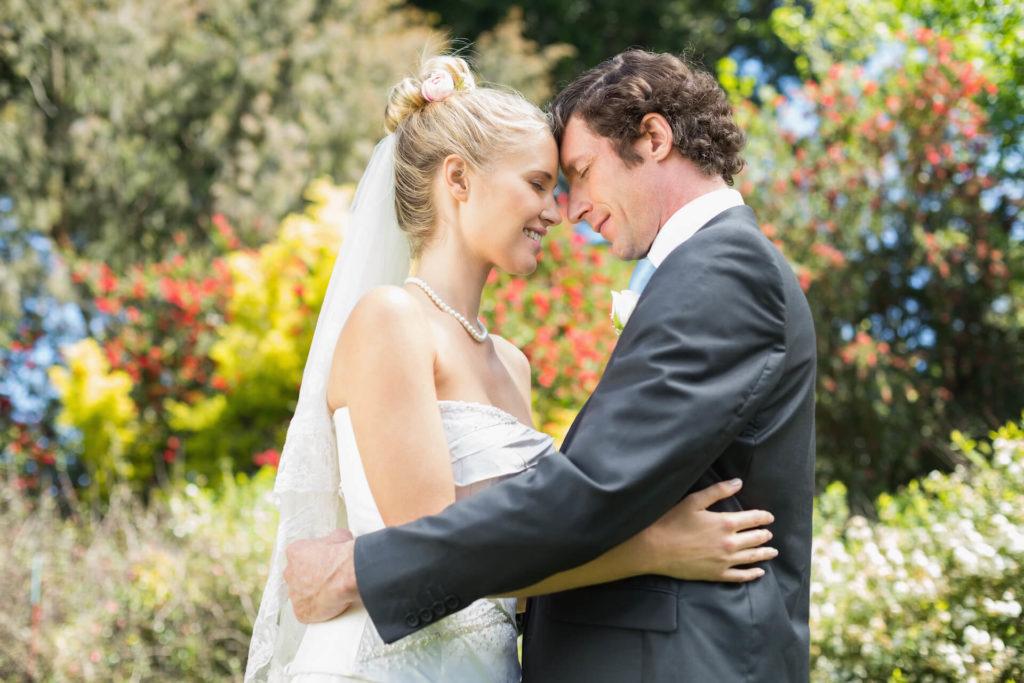 Svatba s cizincem, společné romantické foto v zahradě