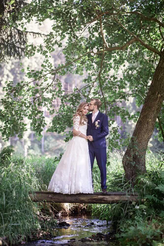 Peckův mlýn novomanželé u rybníka