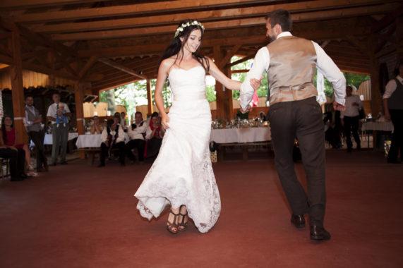Novomanželský svatební tanec ve stodole