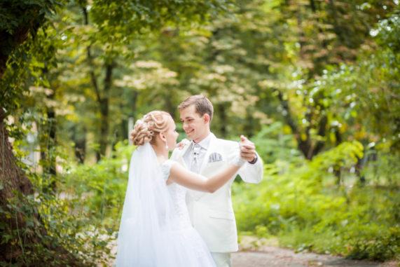 Novomanželský svatební tanec v lese, v přírodě