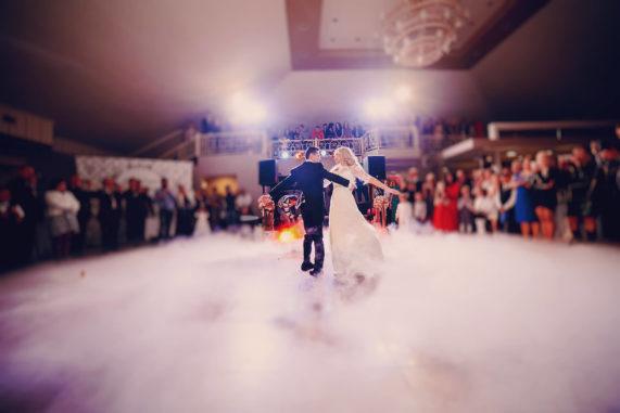 Novomanželský svatební tanec v mlze