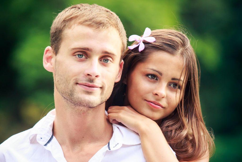 Zamilovaný pár snoubenců v zamyšlení