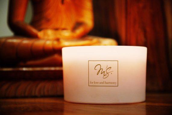Originální svatební dar pro novomanžele svíčka Matys bílá zapálená