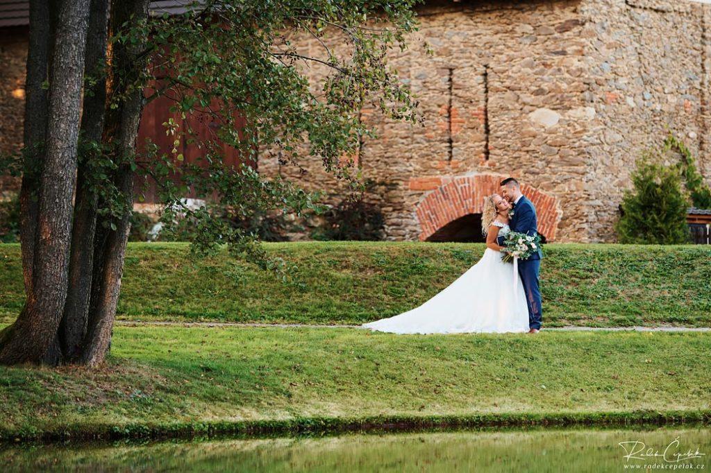 Svatba ve stodole, Hodějovický mlýn, novomanželé