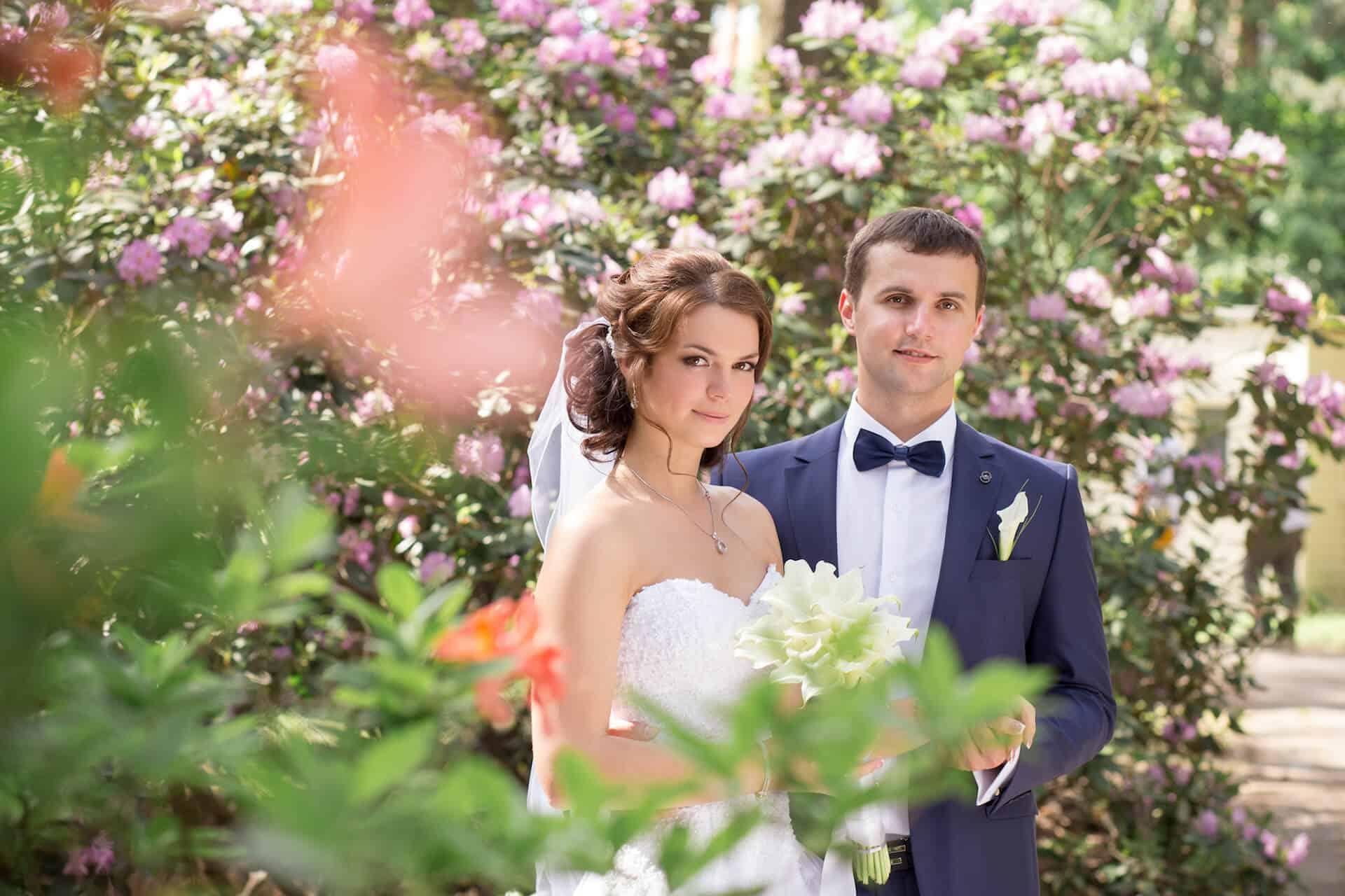Nevěsta a ženich - jarní svatba v zámeckém parku