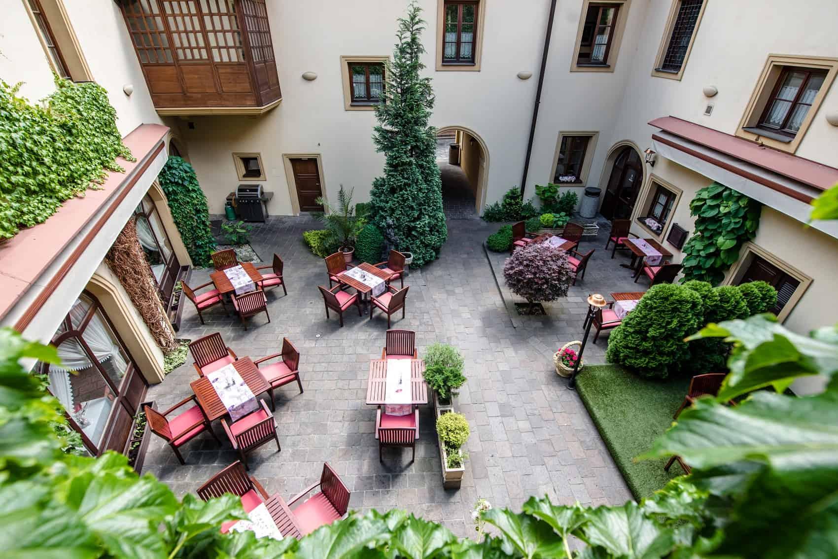 Hotel Octárna - atrium stoly