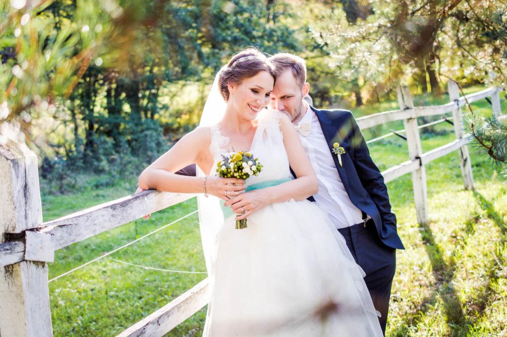 Nevěsta a ženich - svatební focení v zeleni