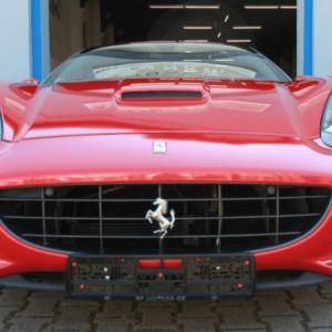 Autopůjčovna OneTwoGo - Ferrari California F1 4.3 V8, maska