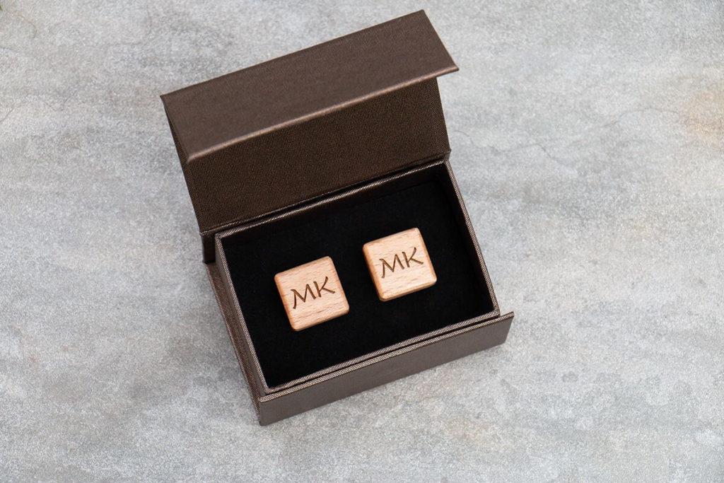 Dřevěné manžetové knoflíčky čtvercové s monogramy