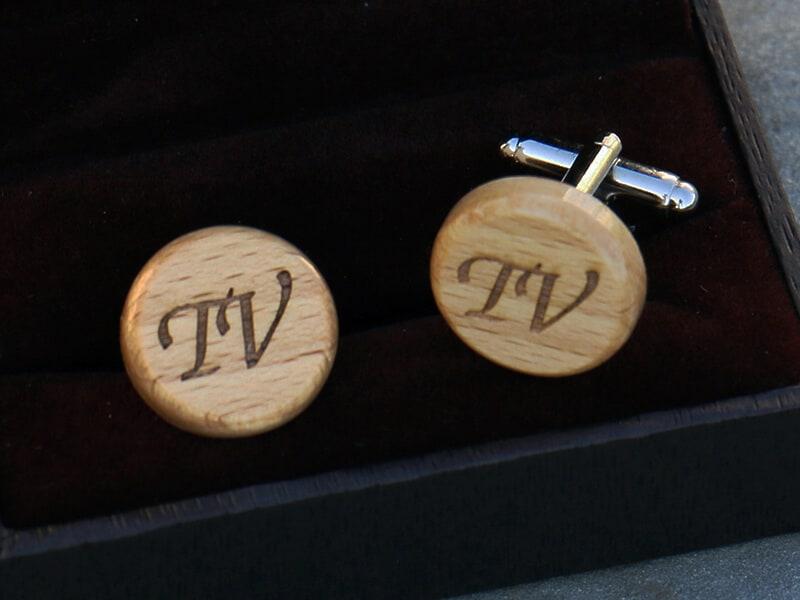 Dřevěné manžetové knoflíčky kulaté s monogramy