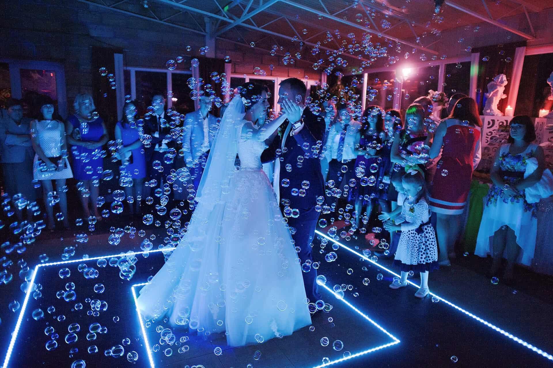 Svatební bublifuk jako dekorace a zábava při svatebním tanci
