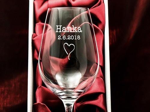 Svatební sklenička na víno se jménem Hanka