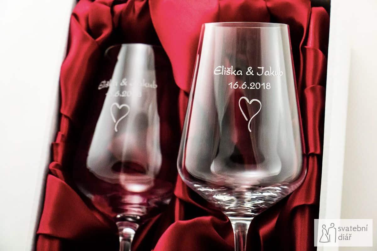 Svatební skleničky na víno Sandra se jmény a gravírováním