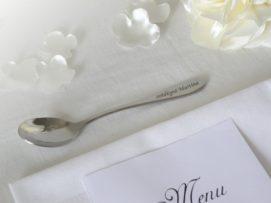 Jmenovka na svatební stůl se jmény hostů v podobě kávové lžičky
