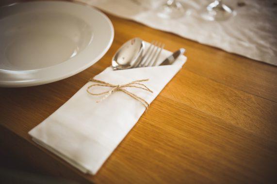 Látkový ubrousek na svatební tabuli