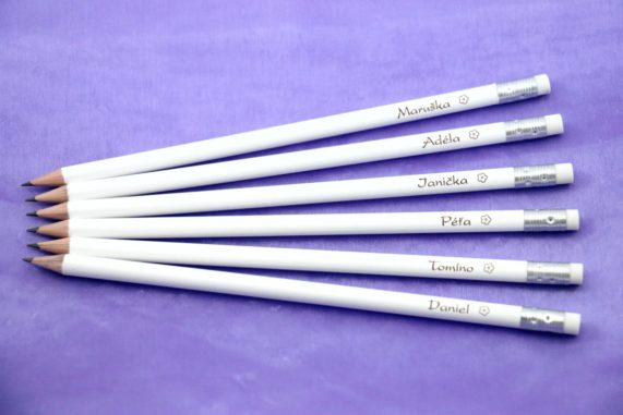Originální jmenovky na svatební stůl - tužky se jmény hostů s gumou