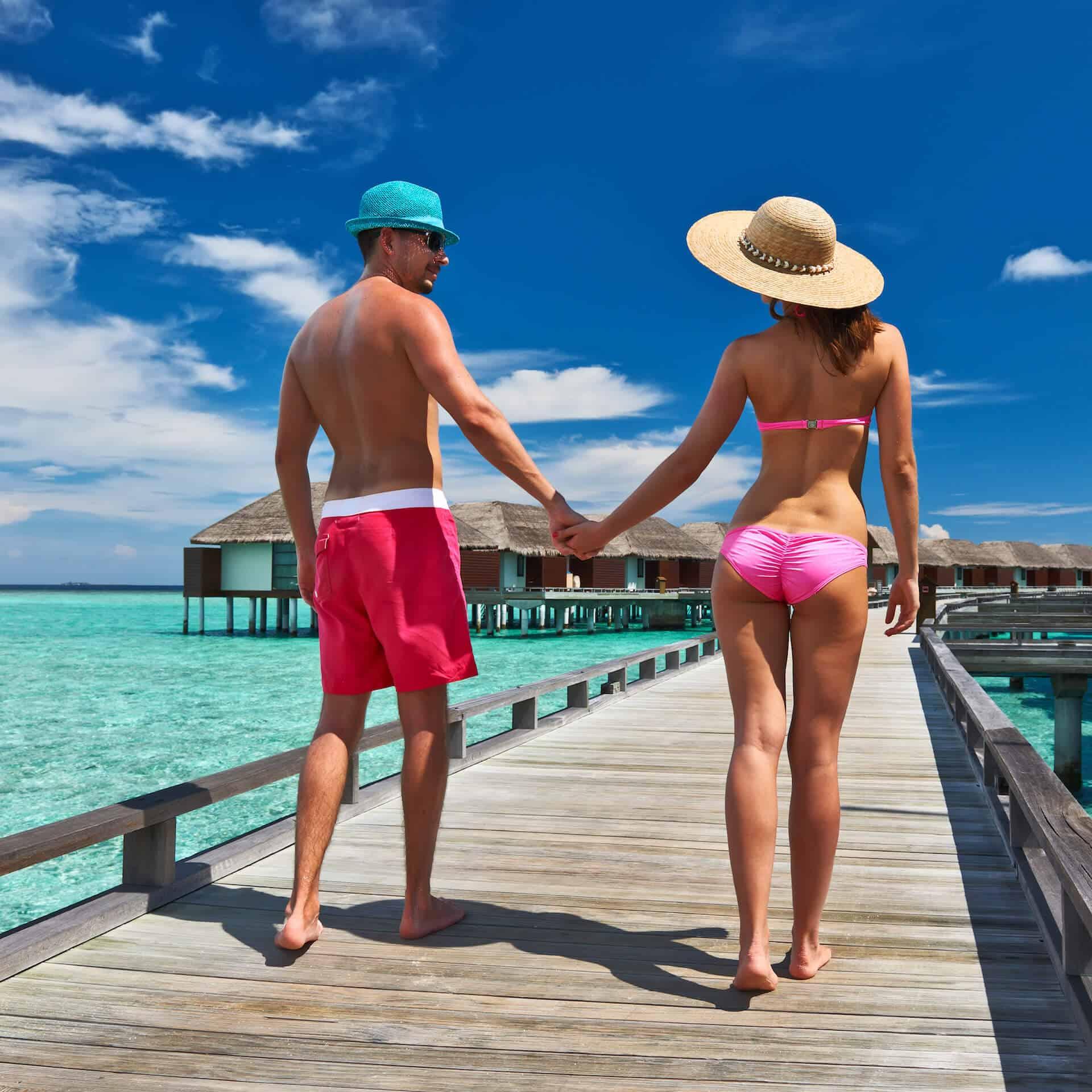 Novomanželský pár na líbánkách na ostrově Maledivy